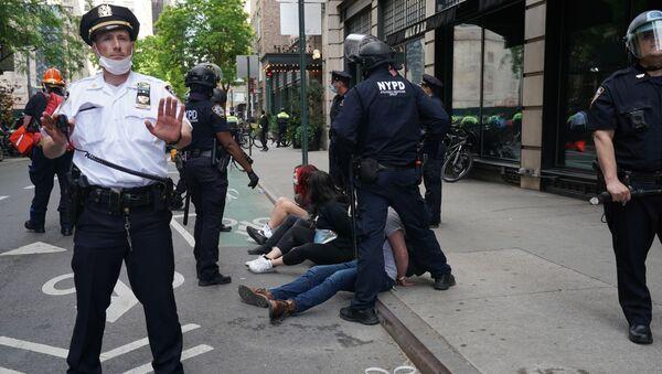 Funkcjonariusze policji dokonują zatrzymań w czasie protestu w Nowym Jorku - Sputnik Polska