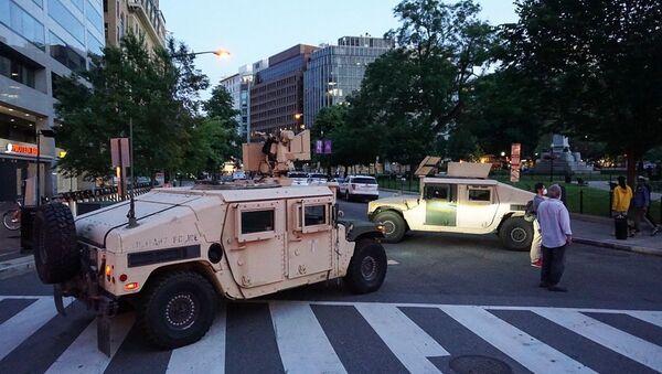 Pojazdy wojskowe na ulicy w Waszyngtonie w USA - Sputnik Polska