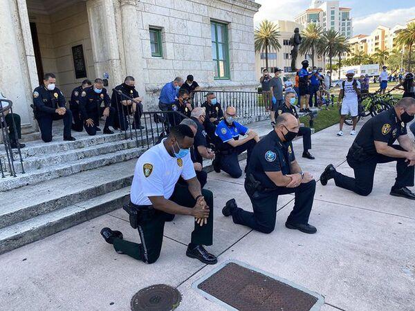 Policja w Miami klęczy i modli się z protestującymi - Sputnik Polska