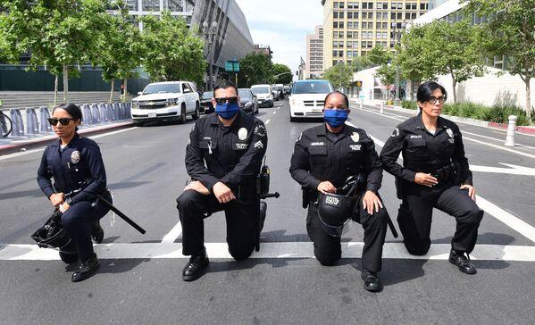 Policjanci z Los Angeles klęczą podczas wiecu ku pamięci George'a Floyda - Sputnik Polska