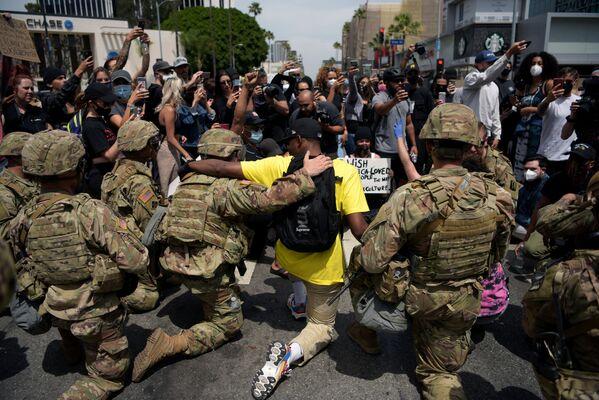 Protestujący i funkcjonariusze Gwardii Narodowej USA klęczący podczas demonstracji śmierci George'a Floyda w Los Angeles - Sputnik Polska