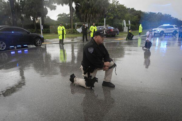 Policjant klęczy podczas protestu przeciwko brutalności policji i śmierci George'a Floyda, Floryda - Sputnik Polska
