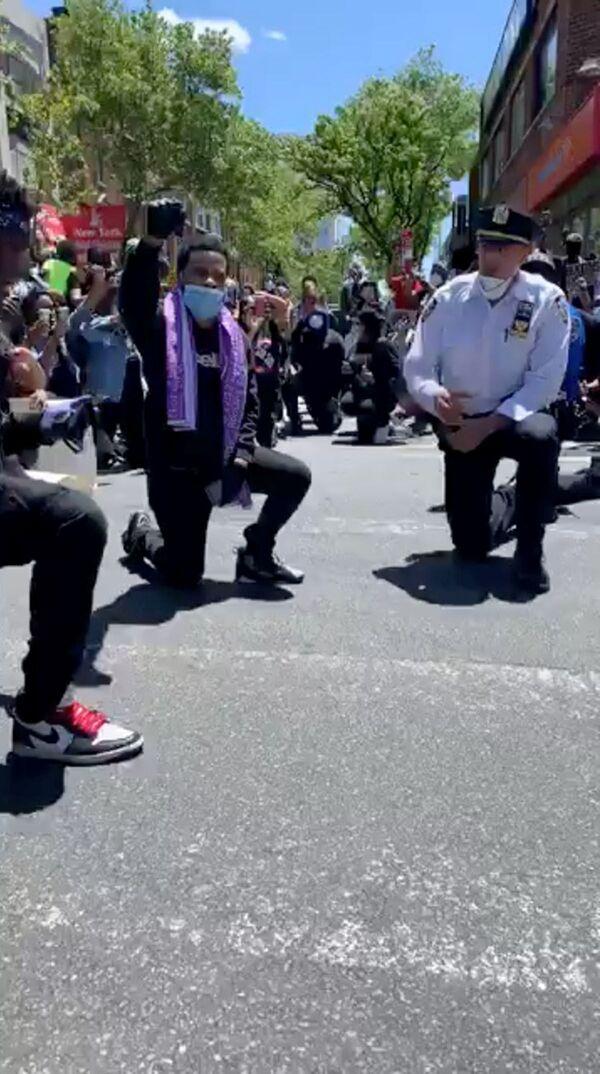 Policja klęczy razem z protestującymi w Queens, Nowy Jork, USA - Sputnik Polska
