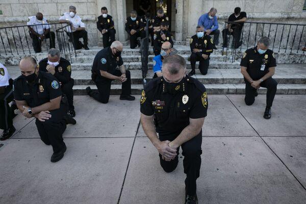 Policjanci klęczący podczas wiecu w Coral Gables na Florydzie - Sputnik Polska