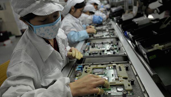 Chińscy robotnicy w fabryce Foxconn - Sputnik Polska
