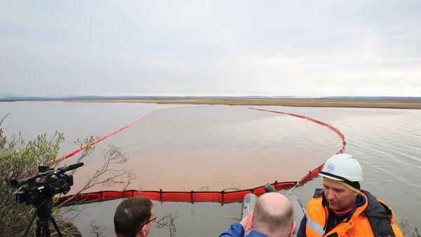 Pracownicy Morskiej Służby Ratunkowej likwidują skutki wycieku paliwa przy ujściu rzeki Ambarnaja - Sputnik Polska