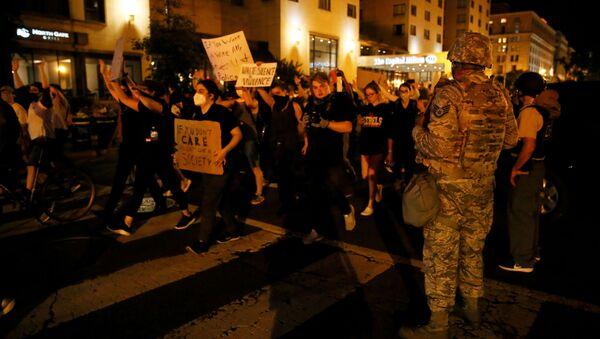 Protestujący w pobliżu Białego Domu w Waszyngtonie - Sputnik Polska