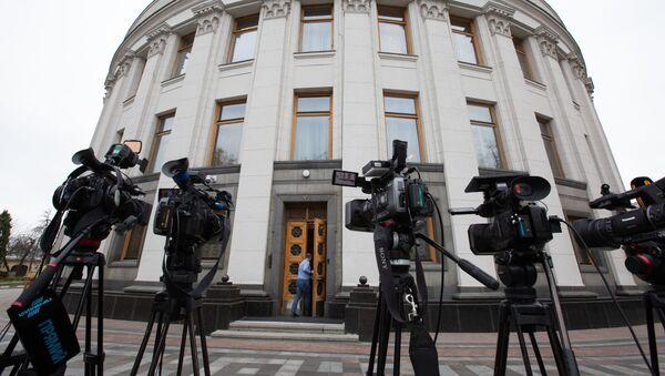 Kamery telewizyjne przed Radą Najwyższą Ukrainy w Kijowie - Sputnik Polska
