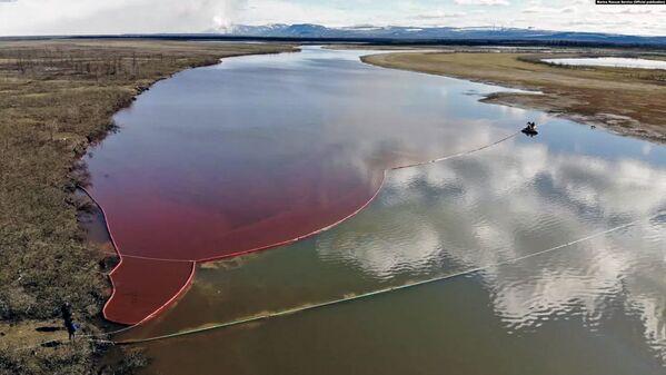 Wyciek oleju napędowego do rzeki Ambarnaja pod Norylskiem - Sputnik Polska