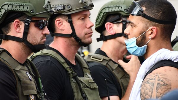Protestujący i policja wojskowa na ulicy Waszyngtonu - Sputnik Polska