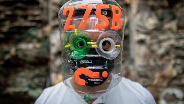 Filipiński artysta Leeroy New w masce własnego autorstwa - Sputnik Polska