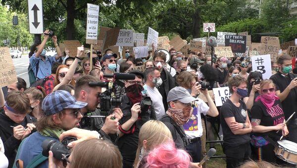 Protest przeciwko zabójstwu Georga Floyda pod ambasadą USA w Warszawie - Sputnik Polska