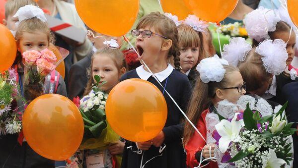 Ziewająca dziewczynka - Sputnik Polska