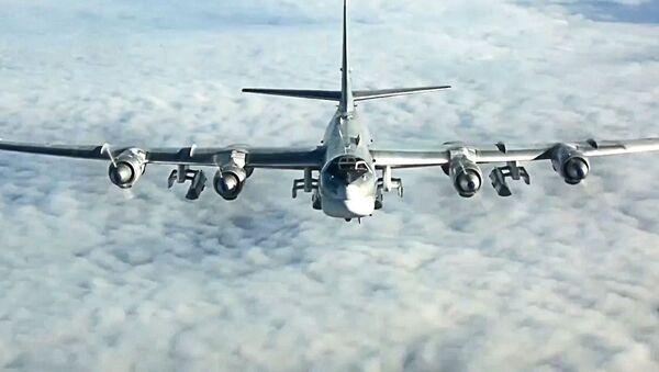 Strategiczny bombowiec rakietowy Tu-95MS podczas misji bojowej polegającej na ataku pociskami manewrującymi X-101 obiektów terrorystów w Syrii - Sputnik Polska