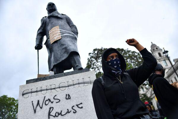 "Graffiti na pomniku Winstona Churchilla na Placu Parliament Square w czasie akcji protestu ""Black Lives Matter"" w Londynie po śmierci George'a Floyda - Sputnik Polska"