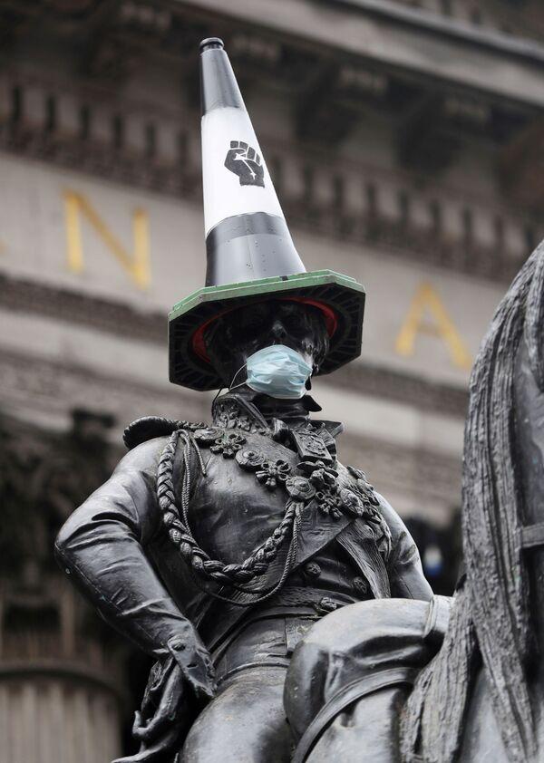 Pomnik konny Arthura Wellesley'a, 1. księcia Wellington z pachołkiem drogowym na głowie i w masce medycznej po protestach w Glasgow, Wielka Brytania - Sputnik Polska