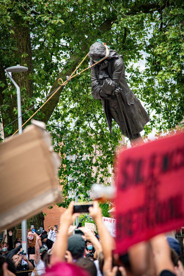 Demonstranci demontują statuę Edwarda Colstona, Brystol, Wielka Brytania - Sputnik Polska