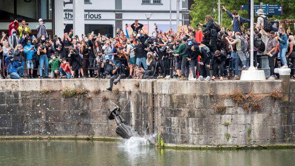 Demonstranci zrzucają do wody statuę Edwarda Colstona, Brystol, Wielka Brytania - Sputnik Polska
