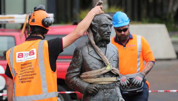 Robotnicy usuwają statuę kapitana Charlesa Hamiltona z Placu Obywatelskiego w Hamilton z powodu zagrożenia - Sputnik Polska