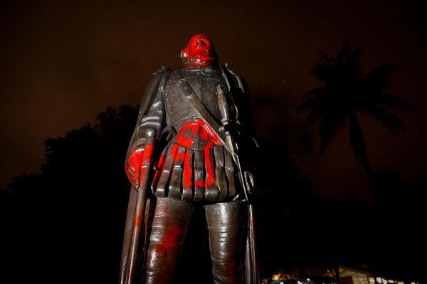 Zbezczeszczony pomnik Krzysztofa Kolumba, Miami, stan Floryda, Stany Zjednoczone - Sputnik Polska