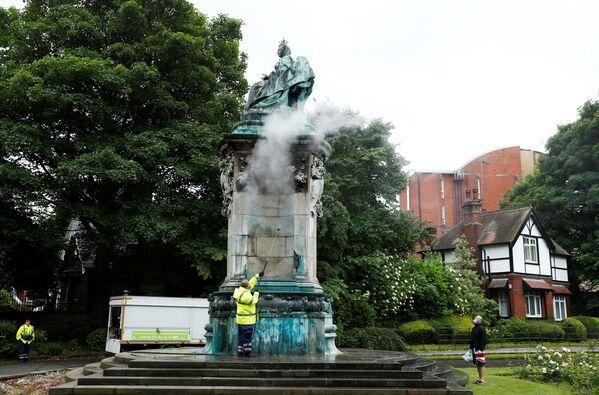 Ze Statui królowej Wiktorii są usuwane napisy, Leeds, Wielka Brytania - Sputnik Polska