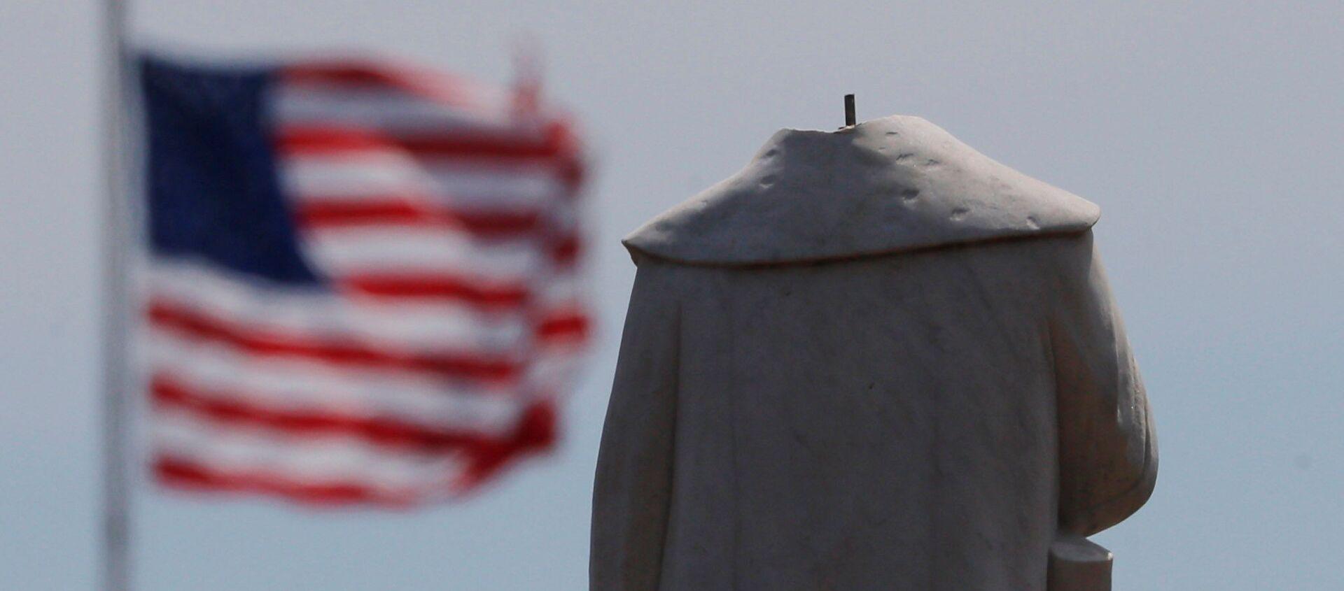 Protestujący pozbawili głowy monument odkrywcy Ameryki Krzysztofa Kolumba w Bostonie - Sputnik Polska, 1920, 01.07.2020