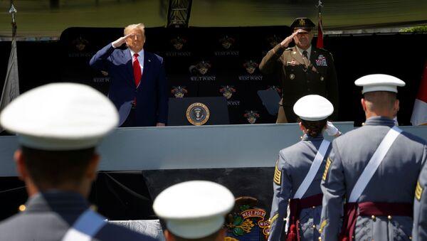 Donald Trump przemawia do absolwentów Akademii Wojskowej West Point w stanie Nowy Jork - Sputnik Polska