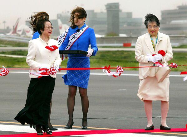 Japońska polityk Chikage Oogi podczas ceremonii otwarcia drugiego pasa startowego nowego międzynarodowego lotniska w Tokio w Naricie, 2002 rok  - Sputnik Polska