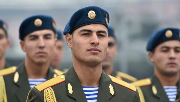Żołnierze Sił Zbrojnych Tadżykistanu podczas ceremonii przekazania Rosji broni przez Tadżykistan w celu ochrony granicy - Sputnik Polska
