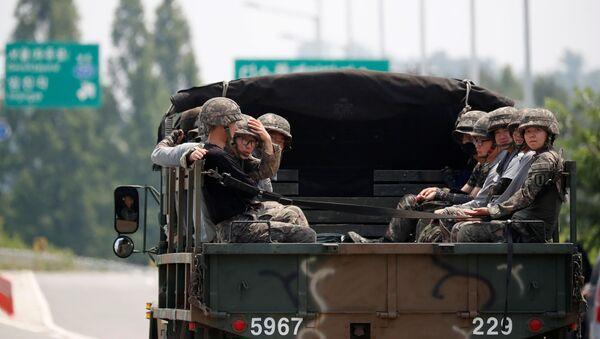 Południowokoreańscy żołnierze jadą samochodem w pobliżu strefy zdemilitaryzowanej dzielącej dwie Koree - Sputnik Polska