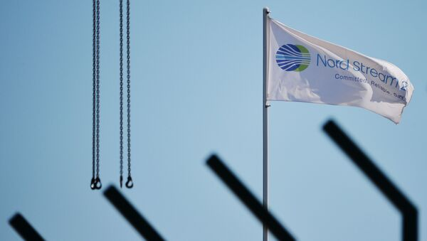 Flaga z symbolami spółki Nord Stream 2 AG,  prowadzącej budowę gazociągu Nord Stream 2  - Sputnik Polska