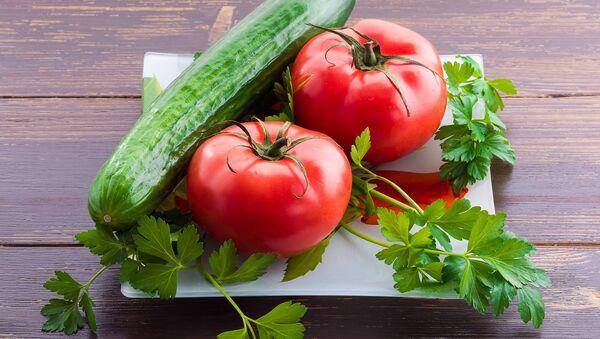 Ogórek i pomidory. - Sputnik Polska