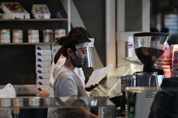 Pracownica kawiarni w Moskwie - Sputnik Polska