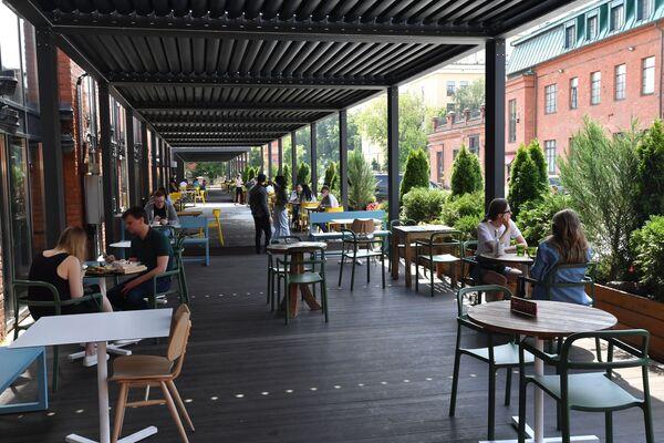 W Moskwie znów otwarte letnie ogródki restauracji - Sputnik Polska