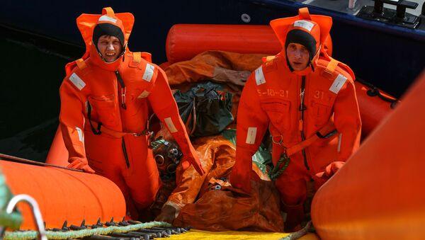 Personel wojskowy podczas taktycznych ćwiczeń sił poszukiwawczo-ratowniczych Floty Północnej Rosji na Morzu Barentsa - Sputnik Polska