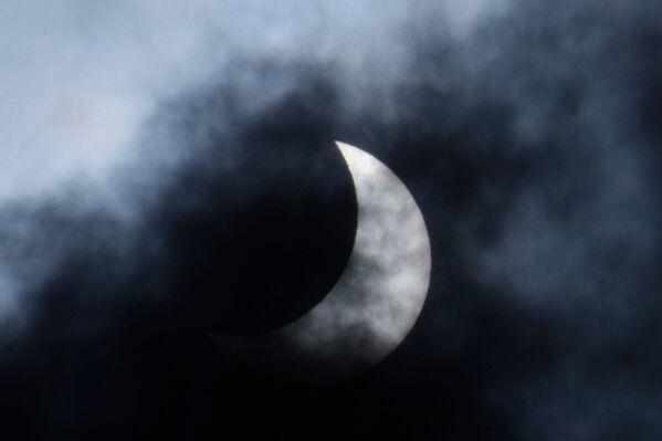 Częściowe zaćmienie Słońca w Indiach - Sputnik Polska