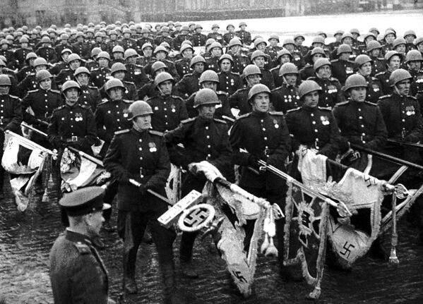 """Kadr z filmu """"Wielkie Zwycięstwo narodu radzieckiego""""  - Sputnik Polska"""