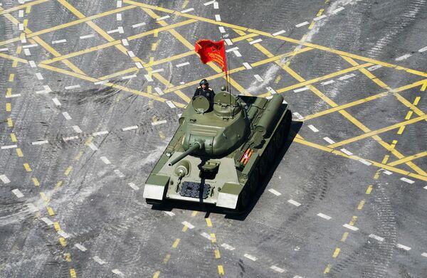 Czołg T-34 na Defiladzie Zwycięstwa 2020 w Moskwie - Sputnik Polska