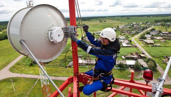 Instalator montuje przekaźnikową antenę radiową na wieży komórkowej - Sputnik Polska