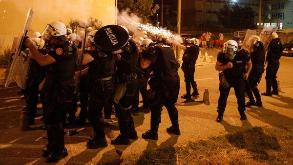 Siły specjalne czarnogórskiej policji używają gazu łzawiącego podczas zamieszek w Podgoricy - Sputnik Polska