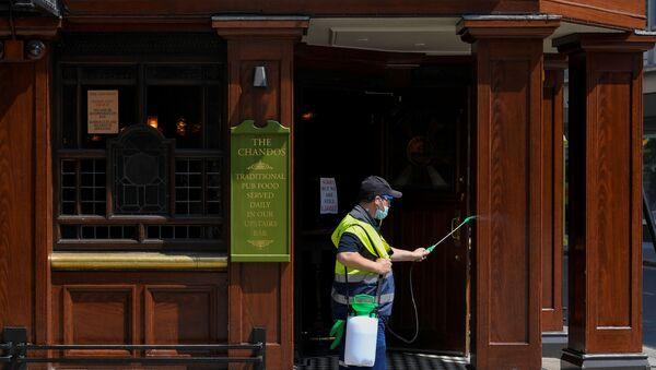 Dezynfekcja pubu w Londynie - Sputnik Polska