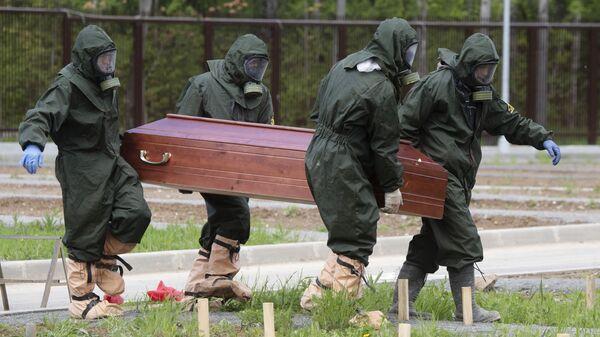 Pogrzeb ofiary koronawirusa na Cmentarzu Butowskim w Moskwie - Sputnik Polska