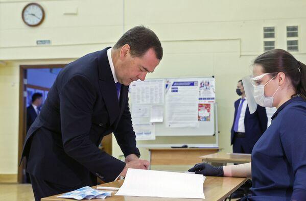 Dmitrij Miedwiediew głosuje ws. poprawek do Konstytucji FR - Sputnik Polska