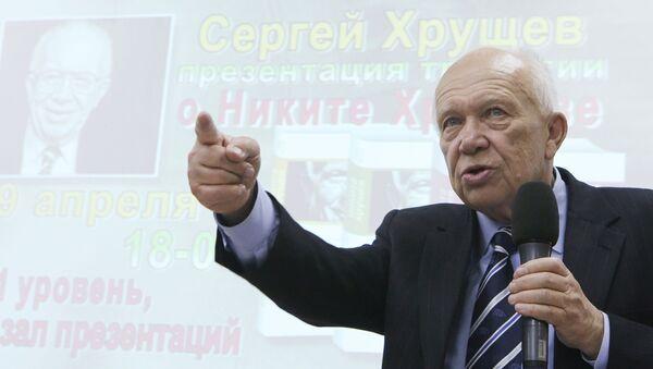 Syn Nikity Chruszczowa Siergiej w czasie prezentacji trylogii książek o ojcu  - Sputnik Polska