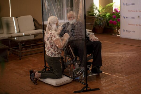 61-letnia Dolores Reyes Fernandez po raz pierwszy od 4 miesięcy widzi ojca José Reyesa Lozano w domu opieki w Barcelonie - Sputnik Polska