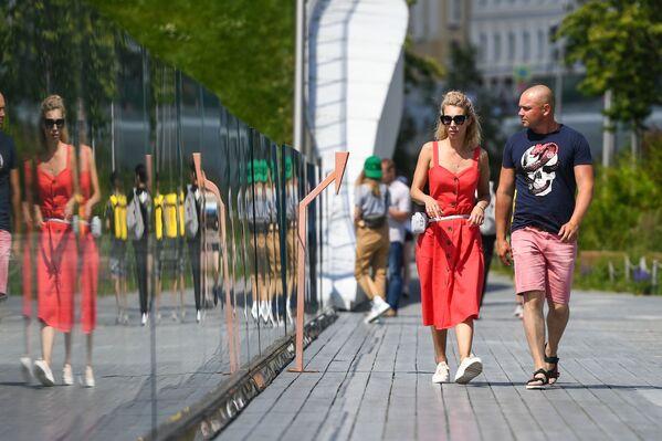 """Park """"Zariadje"""" w centrum Moskwy znów otwarty po zniesieniu ograniczeń związanych z epidemią koronawirusa - Sputnik Polska"""
