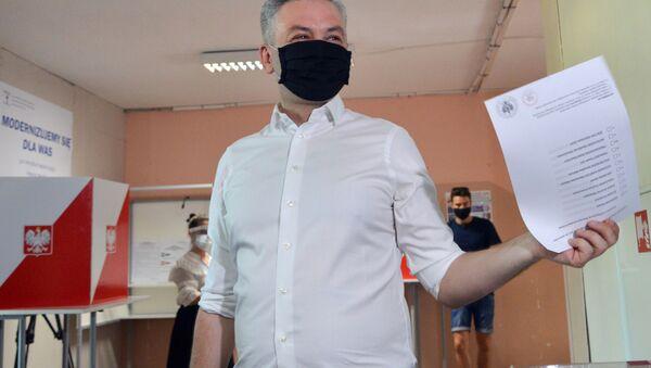 Kandydat na prezydenta Robert Niedroń oddaje głos w wyborach prezydenckich w Warszawie - Sputnik Polska