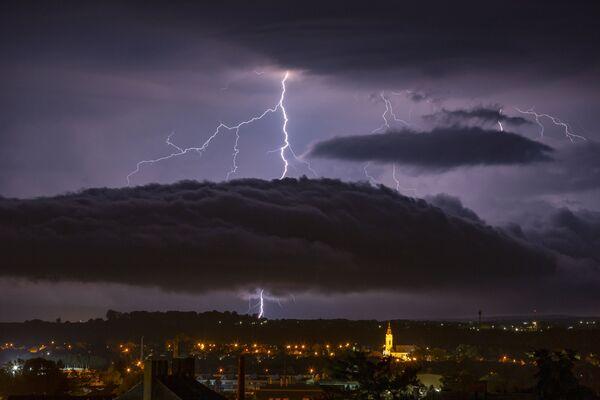 Błyskawica na niebie nad węgierskim miastem Nagykanizsa - Sputnik Polska
