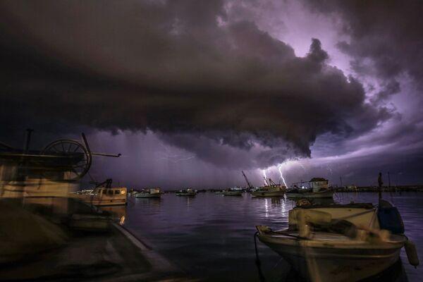 Burza z piorunami nad Morzem Śródziemnym w Libii - Sputnik Polska