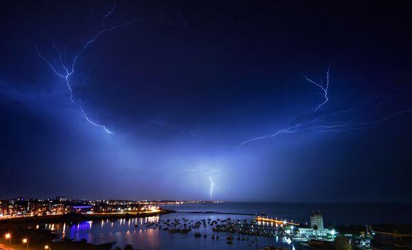 Błyskawica na niebie nad Montevideo podczas burzy, Urugwaj - Sputnik Polska